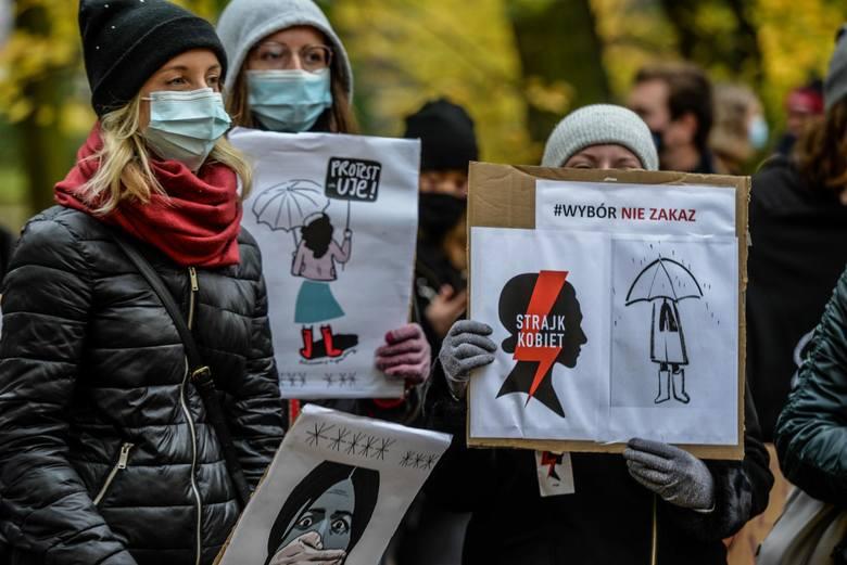 Plakat autorstwa Aleksandry Jasionowskiej na rzecz Strajku Kobiet.