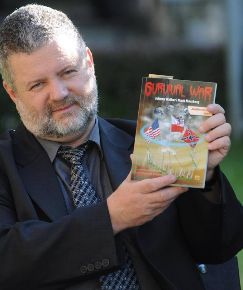 Sędzia Kuzebski z jedną ze swych książek.