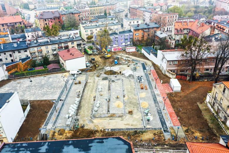 Budowa parkingu na terenie dawnych zakładów Tarmilo w Tarnowskich Górach powinna zakończyć się jeszcze w tym miesiącu. Zobacz kolejne zdjęcia. Przesuwaj
