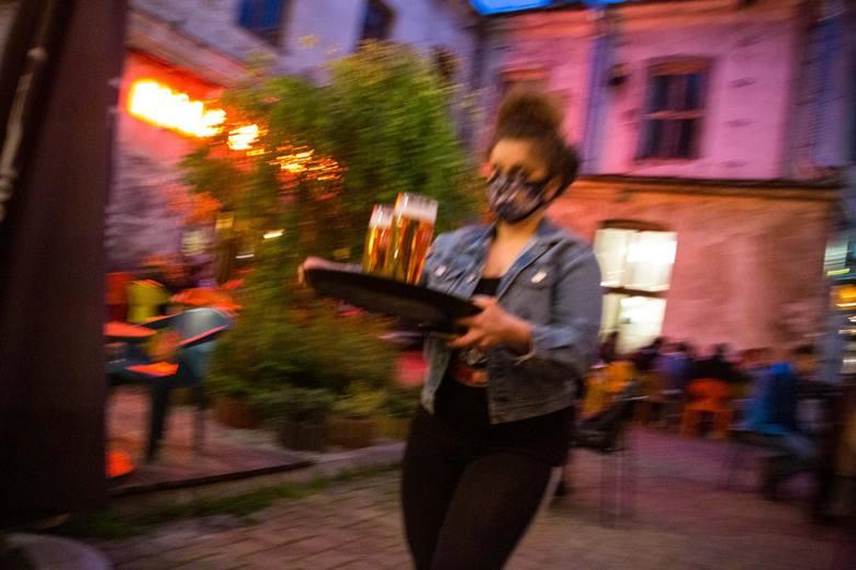 Piwo znacząco różni się od innych napojów alkoholowych stylem konsumpcji. Dużo częściej spożywane jest w towarzystwie, podczas  spotkań, a tych z po