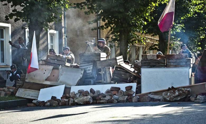 W Sianowie o godzinie 17.45 rozpoczęła się rekonstrukcja walk powstańczych. Zobacz także:Uroczystości 72. rocznicy wybuchu Powstania Warszawskiego w