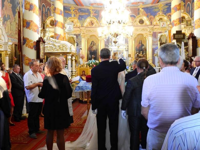 Panna młoda wyglądała pięknie – komentuje mieszkanka Mielnika, która przyszła zobaczyć ślub 73-letniego Mikołaja Korola i o ponad 30 lat młodszej Marty