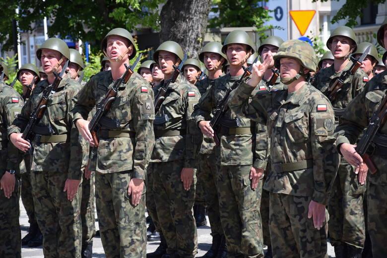 W piątek, 2 czerwca, na zielonogórskim Placu Bohaterów odbyła się uroczystość podczas której żołnierze z pododdziałów drugiego turnusu służby przygotowawczej