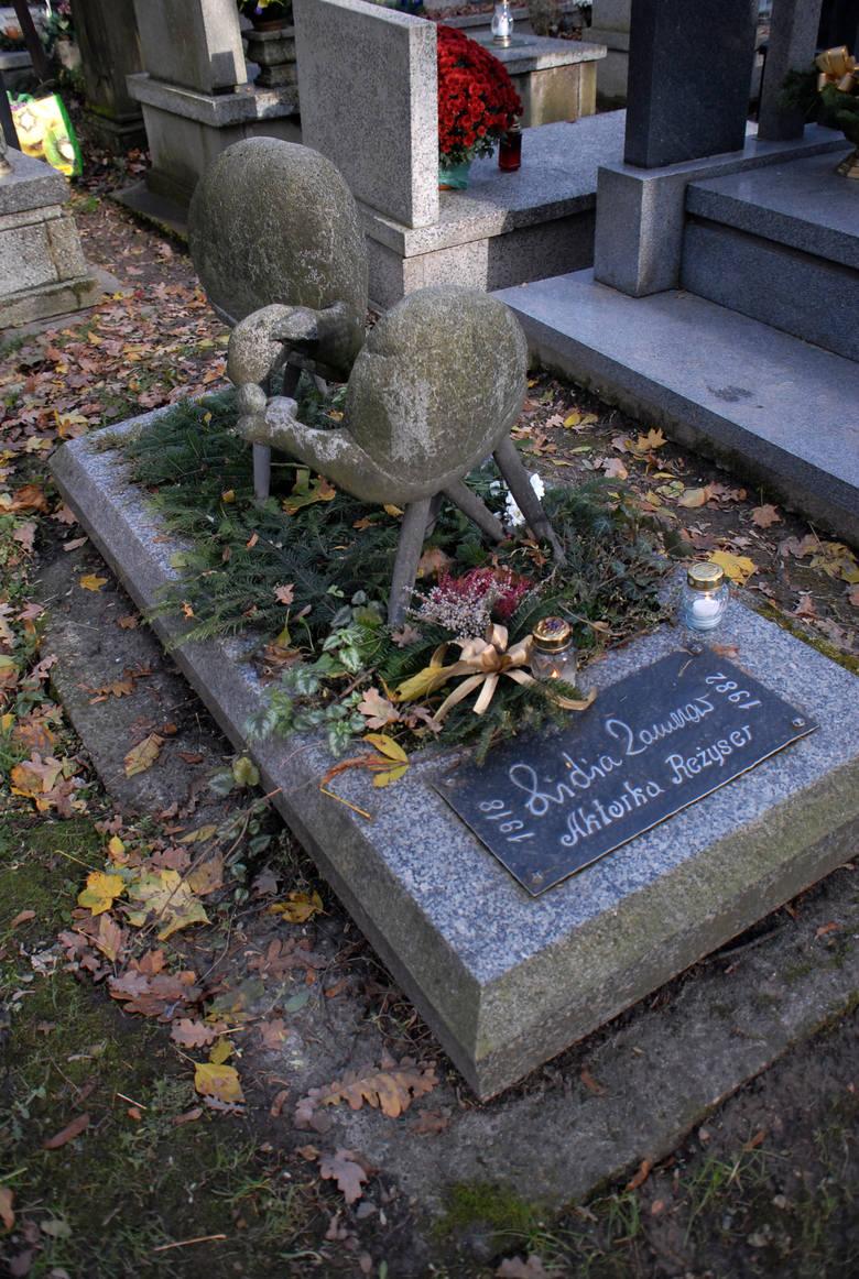 Lidia Zamkow była aktorką, reżyserem teatralnym, żoną Macieja Słomczyńskiego, czyli Joe Alexa, autora kryminałów. Na jej grobie znajdziemy owieczki autorstwa