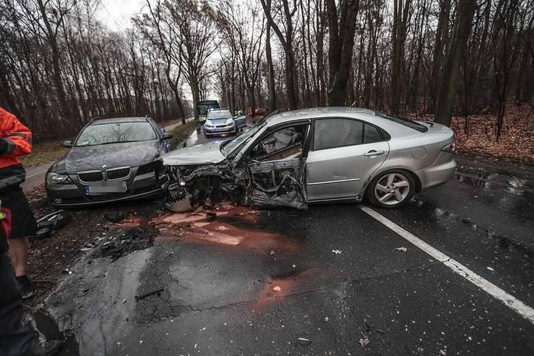 Do wypadku doszło w piątek, 7 grudnia około godz. 9.00, na ul. Wojska Polskiego, kilkaset metrów przed przejazdem kolejowym. Kierujący mazdą wracał z