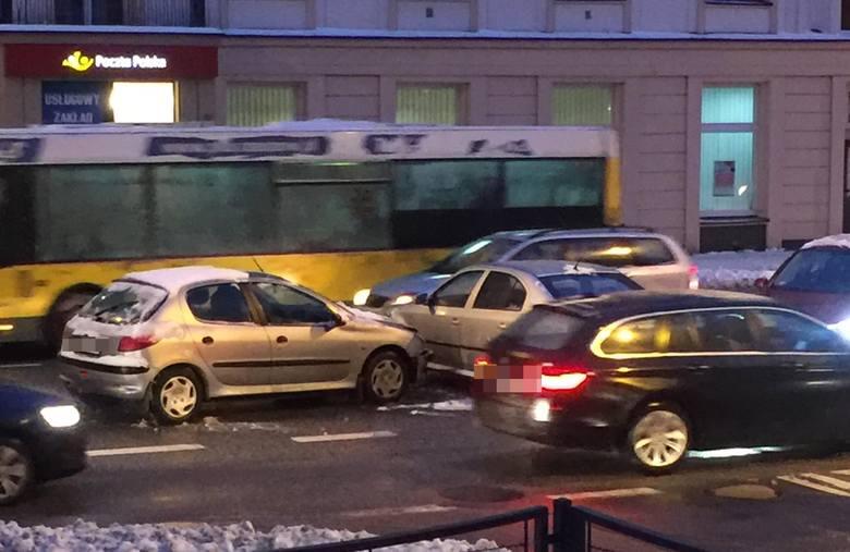 Dwa samochody osobowe kierowane przez kobiety zderzyły się po godz 16 na ul. Dąbrowskiego w Rzeszowie.-  Panie dość szybko usunęły się z Dabrowskiego,