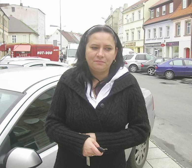 - Krawężniki na placu Przyjaźni są stanowczo za wysokie. Można sobie na nich uszkodzić auto - mówi żaranka Joanna Karaszewska.