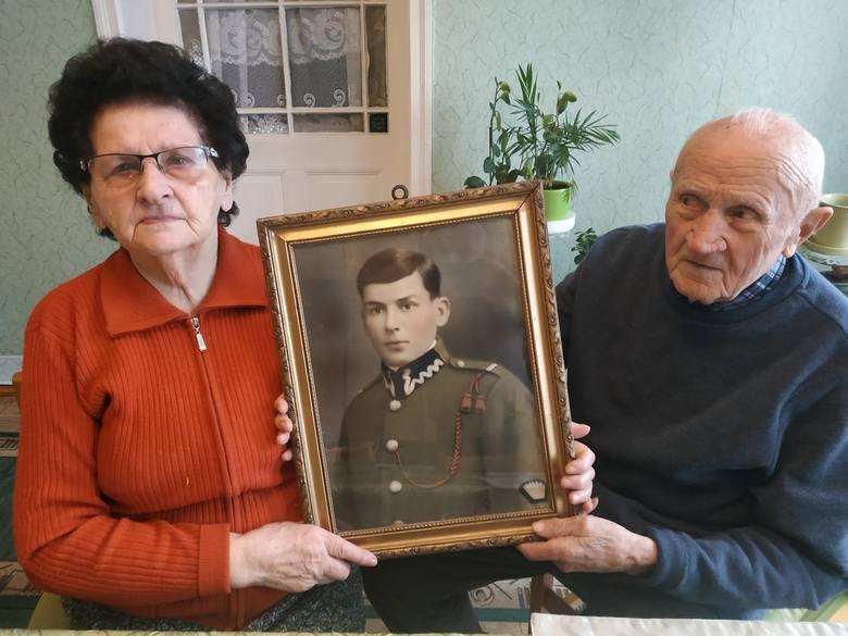 Pani Lidia Fiedorowicz z mężem Bolesławem i portretem ojca