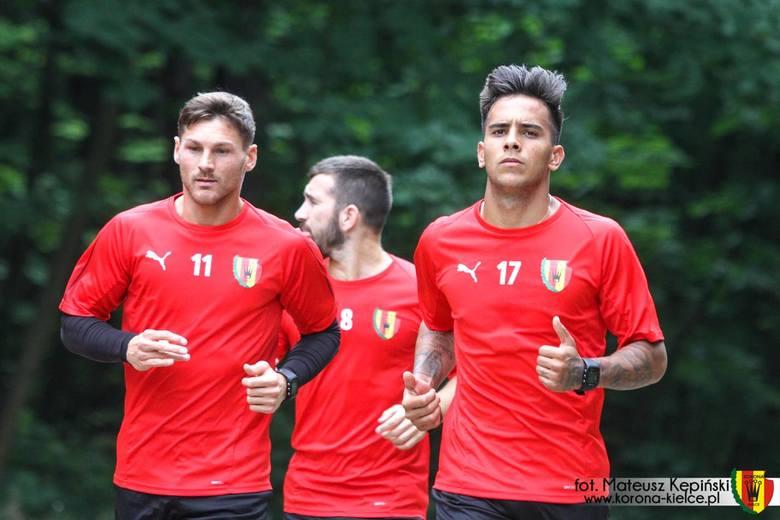 Piłkarze Korony Kielce przygotowują się do meczu z Cracovią w czwartej kolejce PKO Ekstraklasy. Rozpocznie się on w niedzielę o godzinie 17.30. W poniedziałek