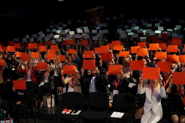 """W sobotę w hotelu Blow UP Hall 5050 odbyła się kolejna edycja konferencji """"Być Kobietą On Tour"""". Wśród zaproszonych gości pojawiła się Katarzyna Nosowska. Jedna z czołowych polskich wokalistek ostatnio zrobiła furorę swoją książką """"A ja żem jej powiedziała"""", gdzie z humorem i dystansem komentuje..."""