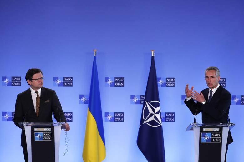 Stany Zjednoczone i NATO wspierają Ukrainę w wojnie nerwów, gdy Rosja gromadzi wojsko u granic sąsiada
