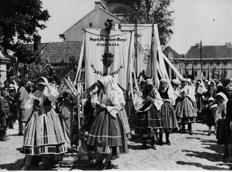 Łowicz, 1928. Kobiety w strojach ludowych podczas procesji Bożego Ciała.