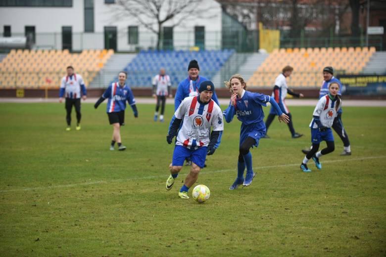 Jak co roku, zgodnie z tradycją podtrzymywaną już od kilkudziesięciu lat, piłkarze Pomorzanina Toruń wybiegli na boisko w Nowy Rok. W towarzyskim spotkaniu