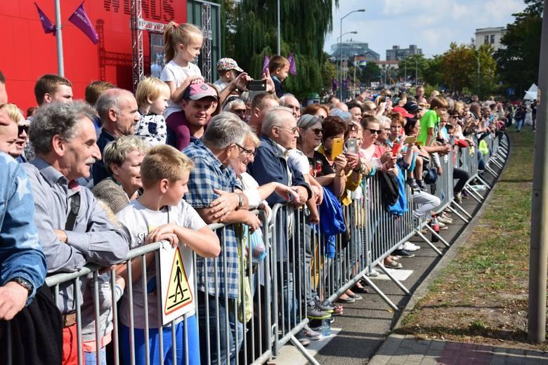 Na ten punkt Winobrania co roku czekają tysiące zielonogórzan oraz gości, którzy przyjeżdżają na Dni Zielonej Góry. To jedno z najważniejszych wydarzeń tego święta. W tym roku, korowód odbył się w sobotę (15 września) pod hasłem jubileuszu odzyskania niepodległości. Ale nie było poważnie, lecz...
