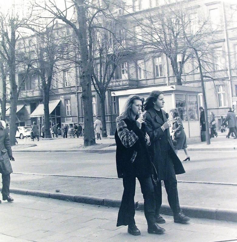 Kwiecień 1974 r. na al. Wojska Polskiego, dziewczyny czują wiosnę, lody już pałaszują
