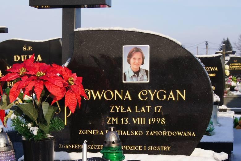 C. jak  Cygan Na ławie oskarżonych przed  Sądem Okręgowym w Rzeszowie już zasiada w sprawie zabójstwa 17-letniej Iwony Cygan ze Szczucina 17 osób. Paweł