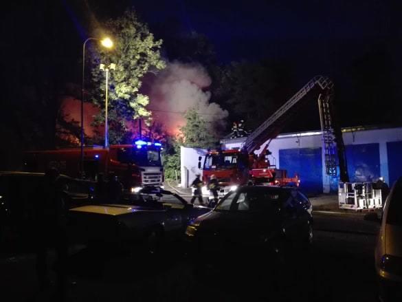 Do dużego pożaru w Żarach przy ul. Szpitalnej doszło we wtorek 13 sierpnia około godz. 21.00.Z ogniem walczy kilkanaście zastępów straży pożarnej. Z