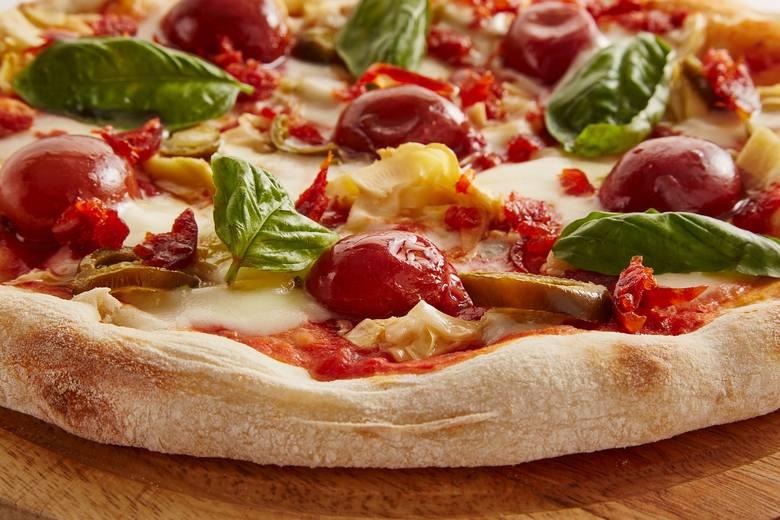 Naukowcy z Instytutu Badań Farmaceutycznych w Mediolanie po przeprowadzeniu badań na ponad 8 tys. wielbicieli pizzy udowodnili, że osoby, które jedzą