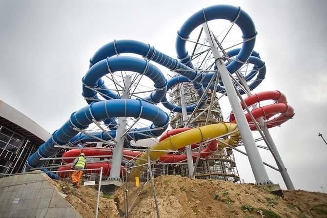 - W basenie rekreacyjnym utrzymujemy temperaturę 24 stopni Celsjusza - objaśniał Zbigniew Wojciul z firmy Anchem, odpowiedzialnej za technologię wody w Trzech Falach.