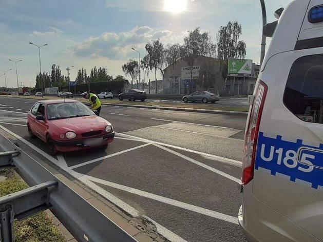 Policjanci mogą odebrać dowód rejestracyjny i nałożyć mandat na kierowcę, który porusza się niesprawnym samochodem. W najgorszych przypadkach mogą całkowicie zakazać dalszej jazdy