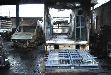 W wyniku pożaru w warsztacie spłonęła ciężarówka i furgonetka.