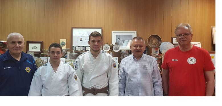 Od lewej stoją: Vasyl Melnyk – trener judo, Vitalii Shulha – zawodnik, Ivan Terekhov – zawodnik, Zbigniew Pacholczyk – trener główny, Janusz Rześniowiecki