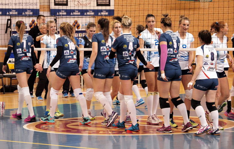 W pierwszym meczu 1. rundy play-off I ligi kobiet Joker Mekro Energoremont Świecie pokonał Karpaty Krosno 3:1 (21, 23,-19, 22).