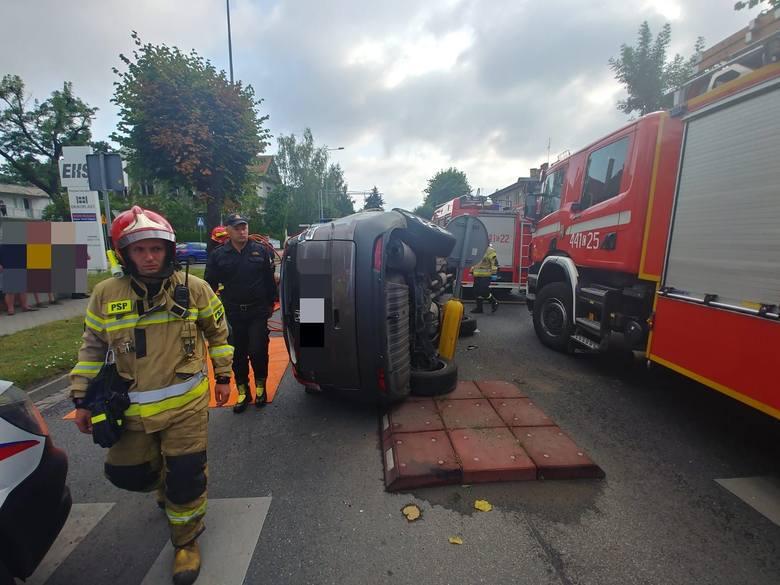 Do zderzenia dwóch osobowych aut doszło rano na skrzyżowaniu ulic Piłsudskiego i Bema w Grudziądzu. Dwie osoby z hondy zostały zabrane do szpitala. Kierowcy