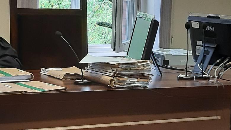 Od poprzedniej rozprawy skonfliktowani małżonkowie zasypali sąd dowodami, które w ocenie każdego z nich obciążają stronę przeciwną. Uzbierały się tego dwa tomy