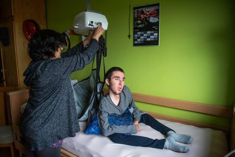 Mateusz Biernacik ma 21 lat i cierpi na nieuleczalną chorobę. Postępujący zanik mięśni typu Duchenne'a powoli zabiera mu ciało. Mateuszem opiekowali się oboje rodzice. Do czasu, gdy ojciec chłopaka sam zaczął mieć problemy ze zdrowiem. <br /> <br />...