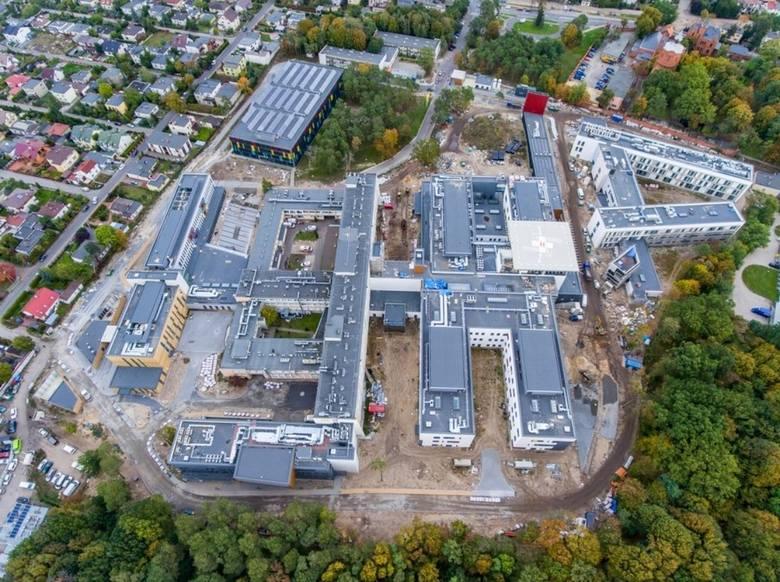 Trwa rozbudowa Wojewódzkiego Szpitala Zespolonego w Toruniu. Kamień węgielny pod nowe budynki wmurowano 11 kwietnia 2017 r. Od tego czasu wiele się zmieniło.