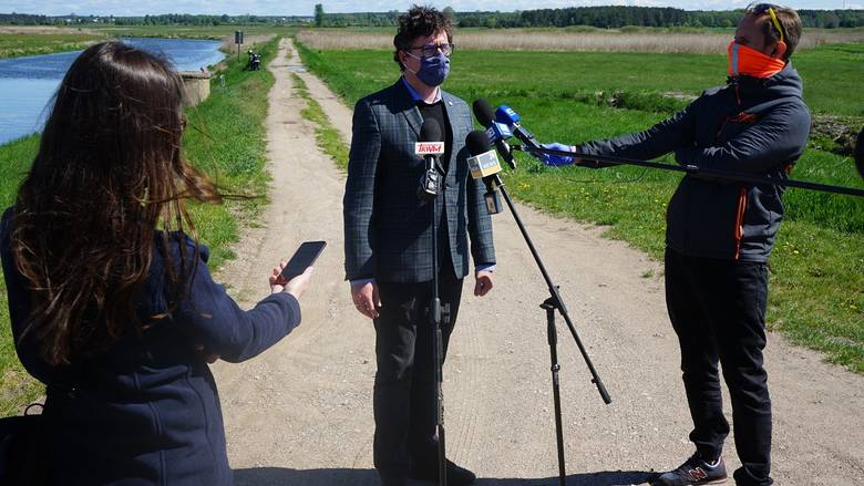 Na konferencji prasowej przy jazie w Złotorii Przemysław Daca, prezes Wód Polskich, mówił o działaniach jakie podejmuje przedsiębiorstwo w ramach retencji