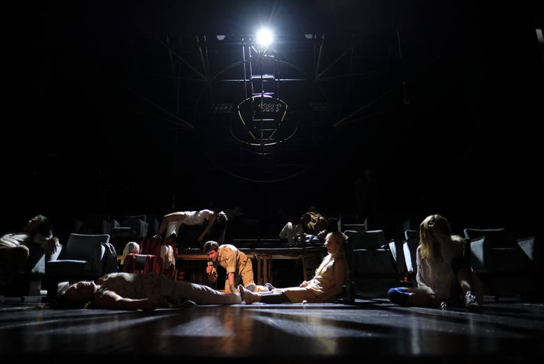 """W Teatrze im. Wilama Horzycy odbyła się ostatnia premiera w tym sezonie. Tym razem twórcy teatralni wzięli na warsztat opartą na faktach historię wielokrotnego zabójcy. Spektakl """"Roberto Zucco"""" stworzono na podstawie dramatu francuskiego pisarza Bernarda-Marie Koltèsa."""