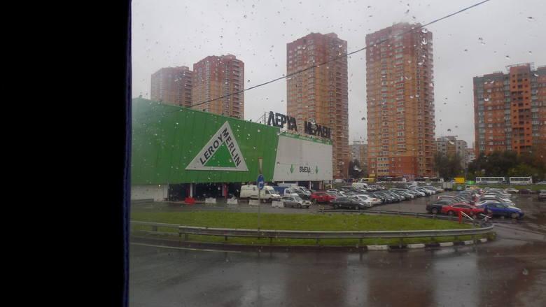 Przy obwodnicy Moskwy znajduje się mnóstwo sklepów wielkopowierzchniowych.