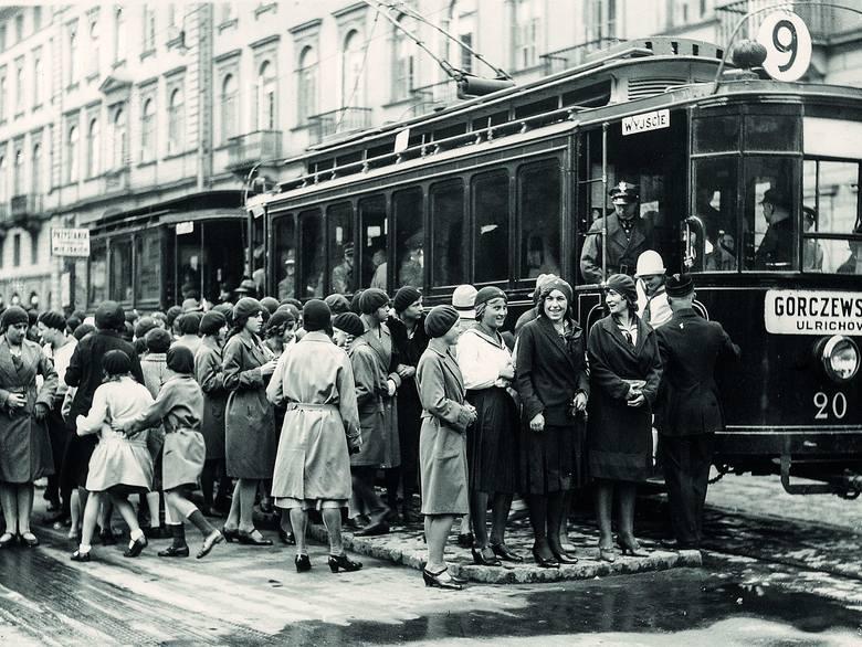 Początek roku szkolnego. Uczennice na przystanku tramwajowym, Warszawa, 1931 rok