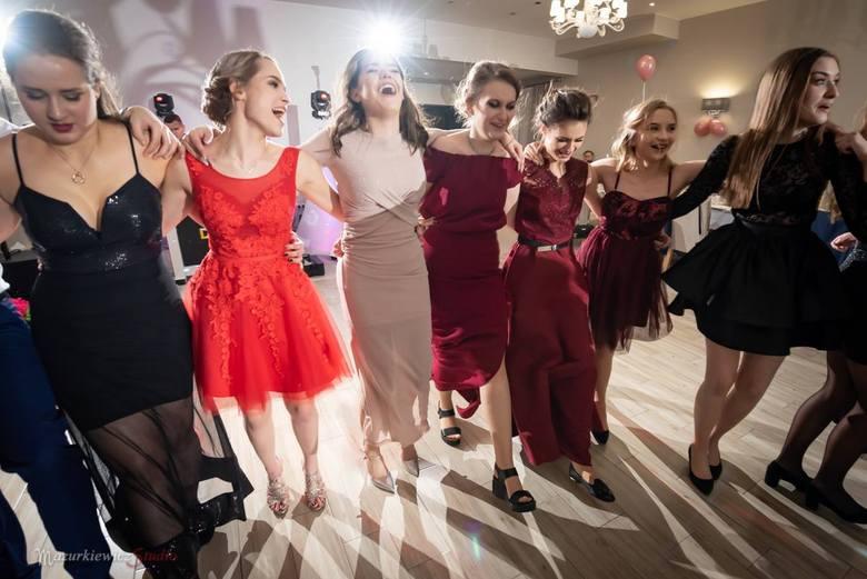 Uczniowie Liceum Ogólnokształcącego w Wołczynie bawili się na balu maturalnym 19 stycznia w Restauracji Grodzkiej w Byczynie.