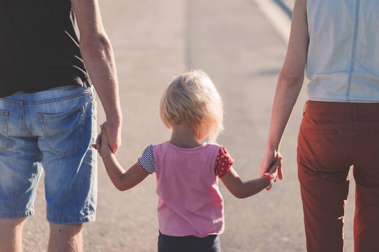 Grupa poznaniaków chce chronić rodziców i dzieci przed niebezpiecznymi ideologiami. Czy powstanie Samorządowa Karta Praw Rodzin?