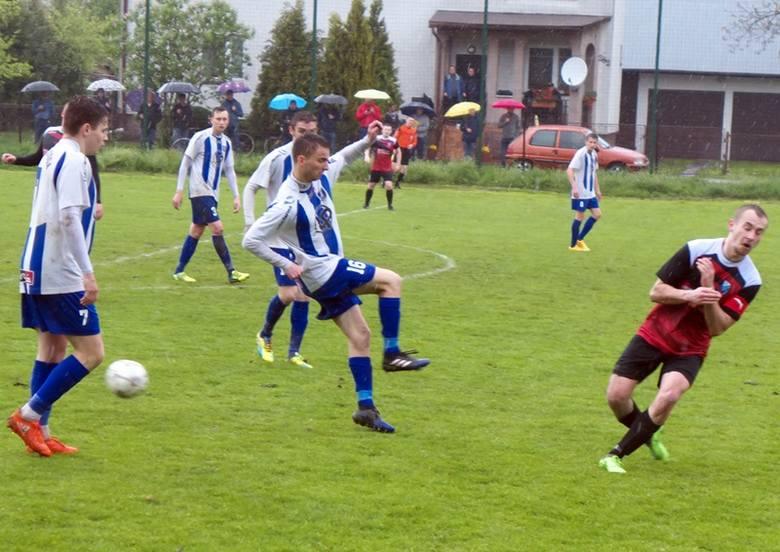 MKS Kańczuga (biało-niebieskie stroje) wysoko wygrał w Grzęsce.