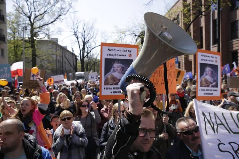 Protest nauczycieli i pracowników oświaty pod Ministerstwem Edukacji Narodowej.