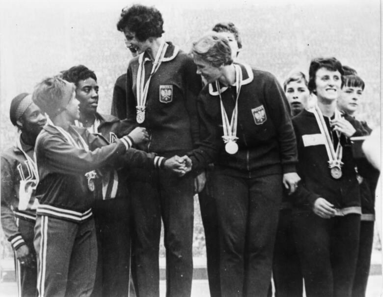 IO w Tokio. Złoty medal w sztafecie kobiet 4 x 100 metrów dla Polski. Na pierwszym planie Irena Szewińska.