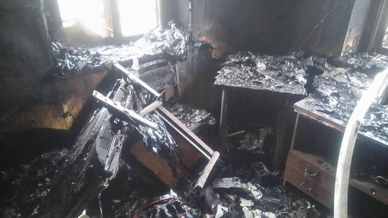 Jedna poszkodowana osoba opuściła płonący dom o własnych siłach. Strażacy podejrzewali, że w środku może znajdować się jeszcze ktoś.