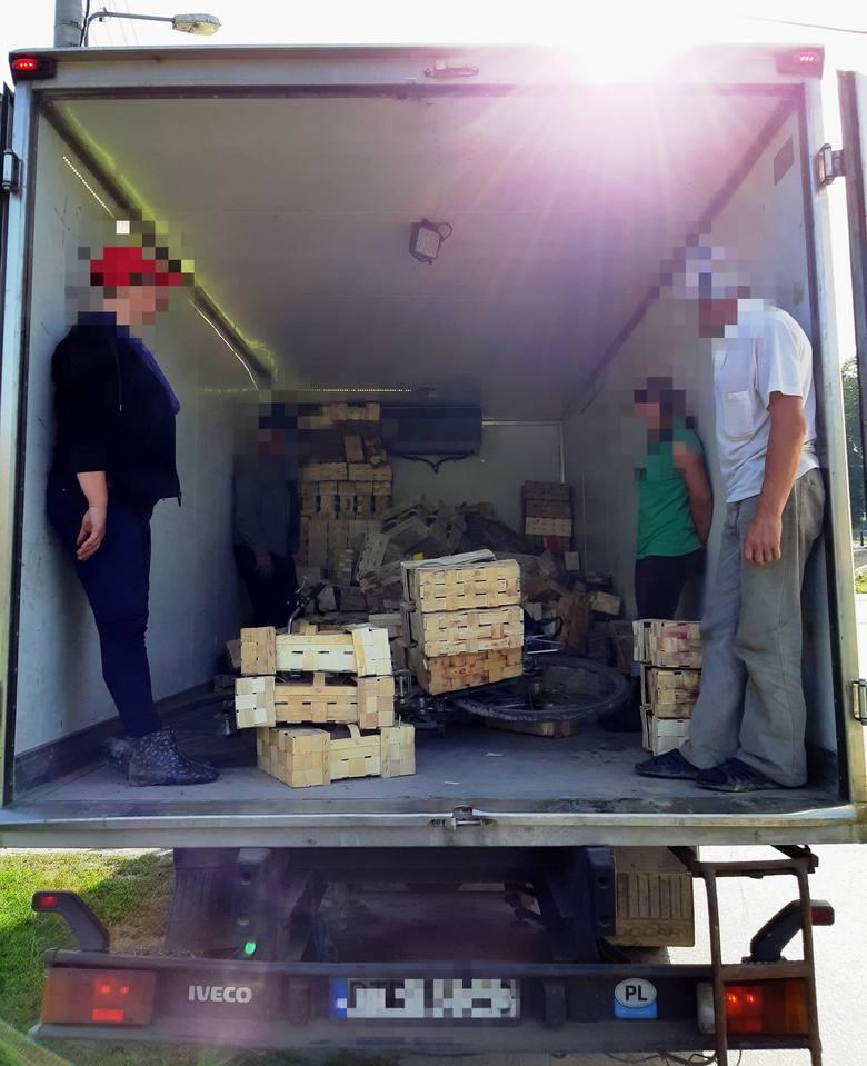 Pracownicy wracali ze zbioru truskawek na pace ciężarówki. Kierowca ukarany trzema mandatami