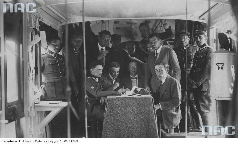 Sierpień 1925 r. Wnętrze jednego z wagonów przeznaczonych dla dziennikarzy jadących na manewry. Widoczni m. in.: komendant kwatery prasowej płk Stefan Rowecki (siedzi przy stole 1. z lewej), por. Mieczysław Lepecki (stoi 1. z lewej).