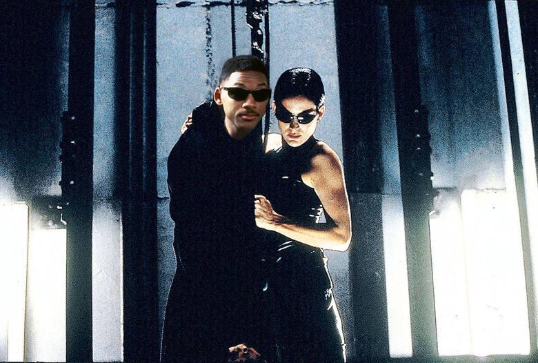 Matrix połączony z Facetami w Czerni prawie sie ziścił, gdyż pierwotnie w rolę Neo miał się wcielić Will Smith. Smith odrzucił jednak propozycję, zaś