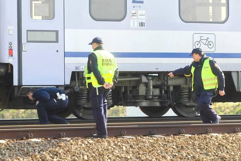 Pociąg relacji Przemyśl - Szczecin śmiertelnie potrącił człowieka. Do tragedii doszło na przejeździe kolejowym w Miłocinie w rejonie strefy Dworzysko.Dzisiaj
