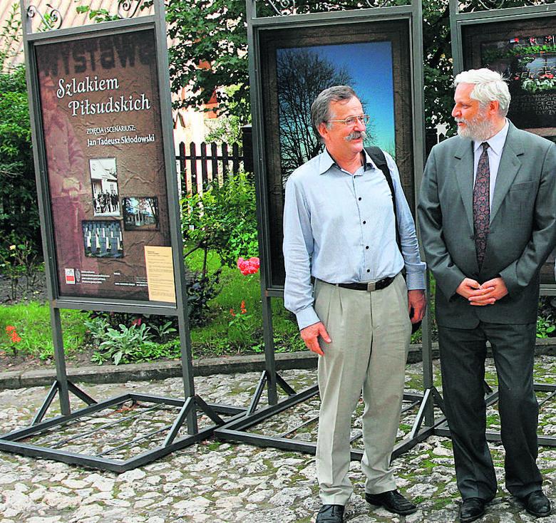 """Dr Jan Skłodowski (z lewej) i Krzysztof Jaraczewski, wnuk marszałka Józefa Piłsudskiego, przy wystawie """"Szlakiem Piłsudskich"""" przed dworkiem w Krzemieńcu."""