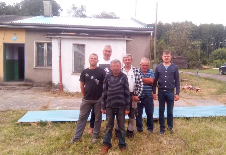 Charytatywna ekipa budowlana na dachu domu w Ciecierzynie, od lewej: Andrzej Wypych, Artur Ptak, Piotr Zychla, Bogdan Dutkiewicz, Jan Cieśla, Paweł Grygier.