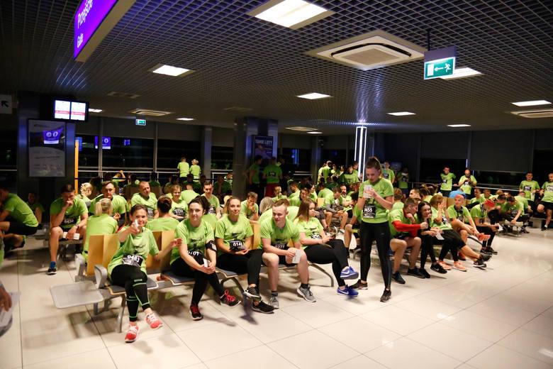 Po raz czwarty biegano nocą po pasie startowym lotniska w Jasionce. W biegu SkywayRun 2018 w sumie wzięło udział ok. tysiąc biegaczy.ZOBACZ TAKŻE - Hotel