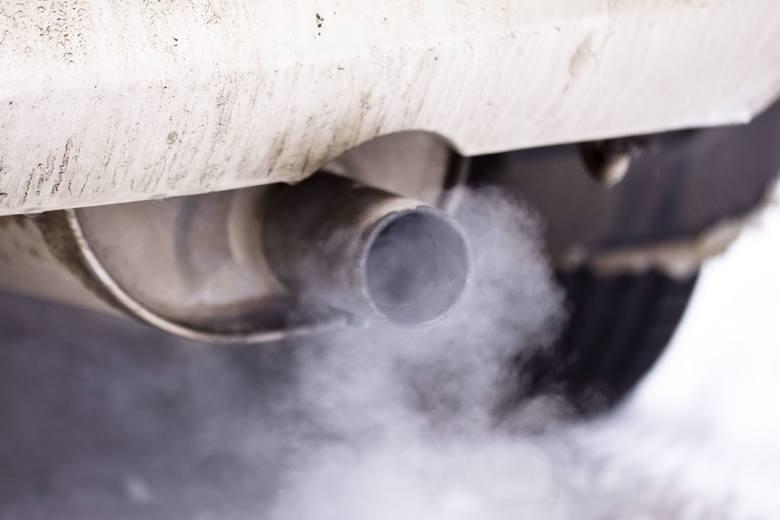 Na terenach o dużym natężeniu ruchu składniki smogu pochodzą głównie z pojazdów silnikowych.
