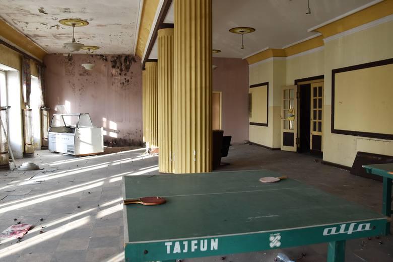 Bursa przy ul. Struga w Opolu niegdyś była akademikiem Politechniki Opolskiej. Od 10 lat budynek stoi pusty, ale wewnątrz nadal można znaleźć pozostałości